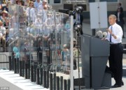 44e3ack-Obama-speaks-from-behind-bulletproof-glass